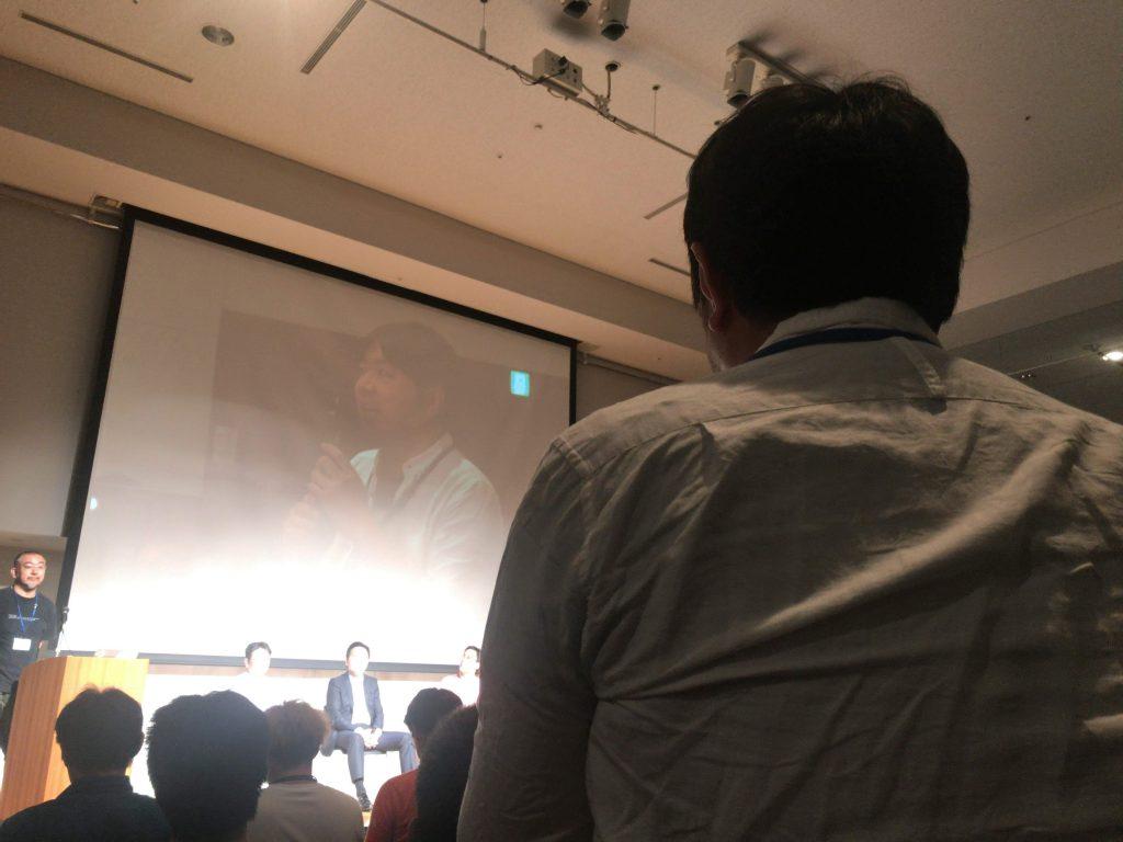 トークセッションの最後に質問される株式会社REALの中西さん