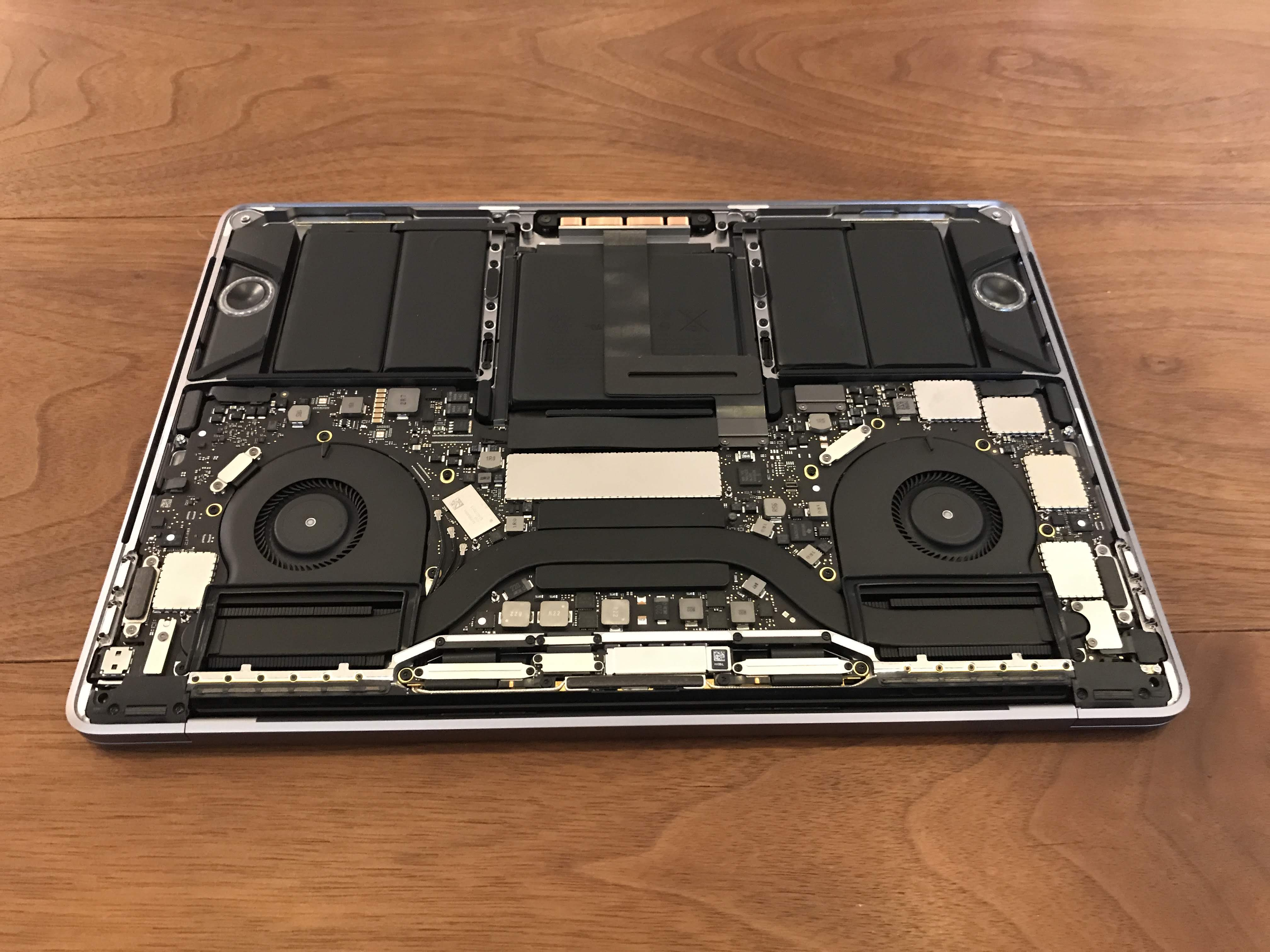 MacBook Proの裏蓋を外した状態