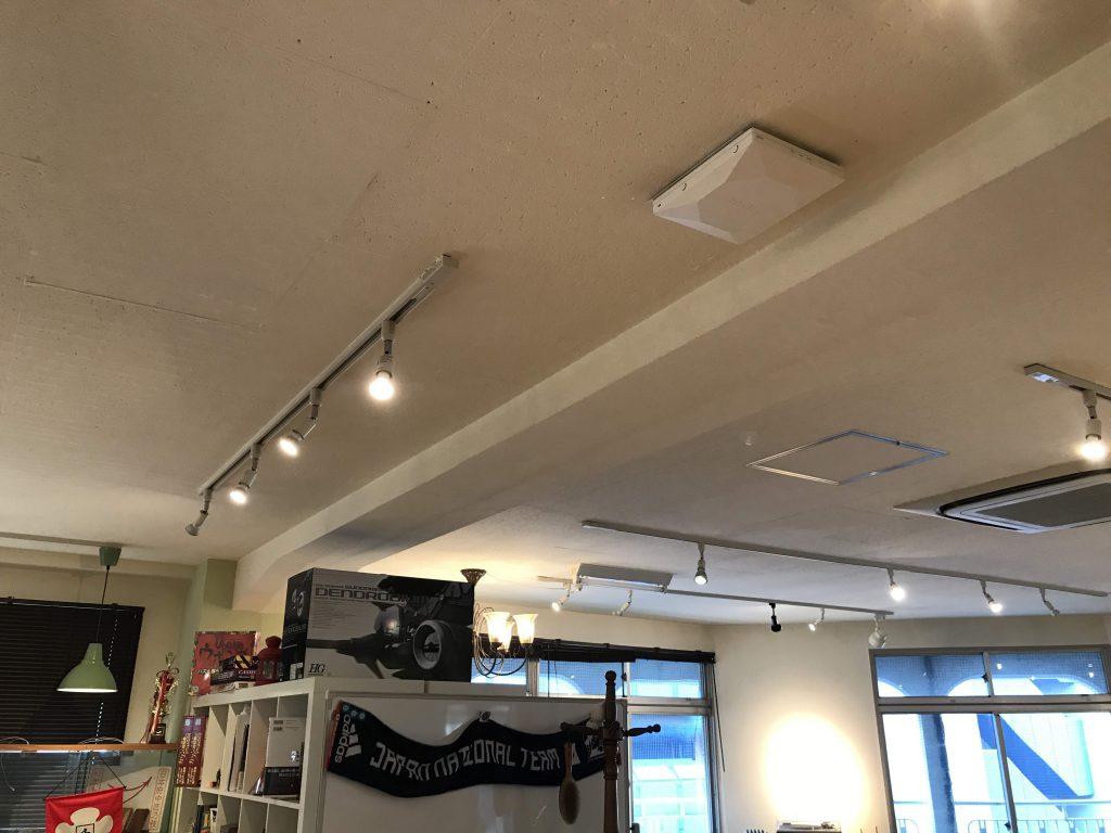 コワーキングスペースの天井に設置したヤマハ WLX313。